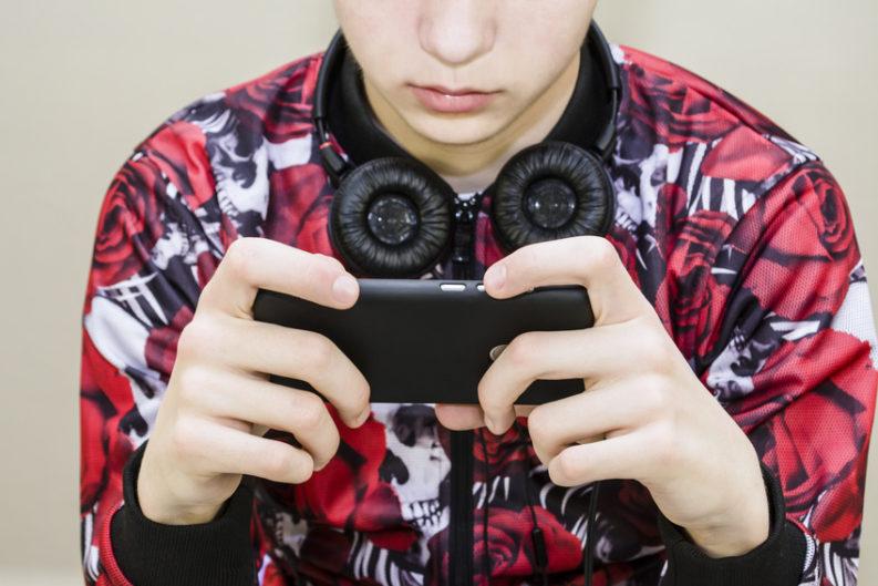 bimbominchia con smartphone e cuffie