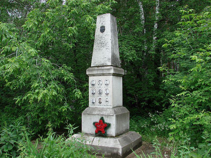 Monumento alle vittime del Passo Djatlov nel cimitero di Ekaterinburg.