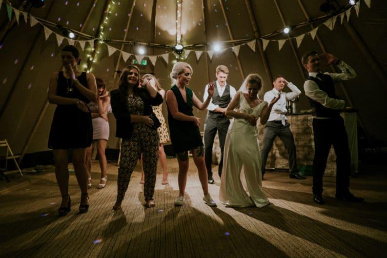 balli di gruppo ad una festa di matrimonio in Galles