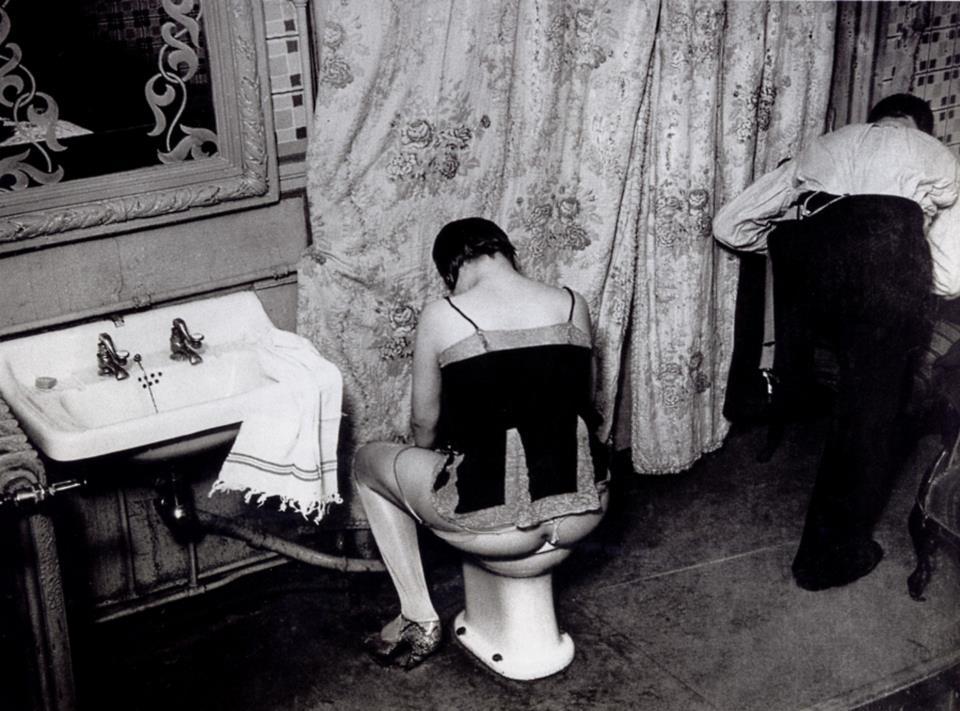 Parigi, 1930: una prostituta usa un bidet in una casa di tolleranza.