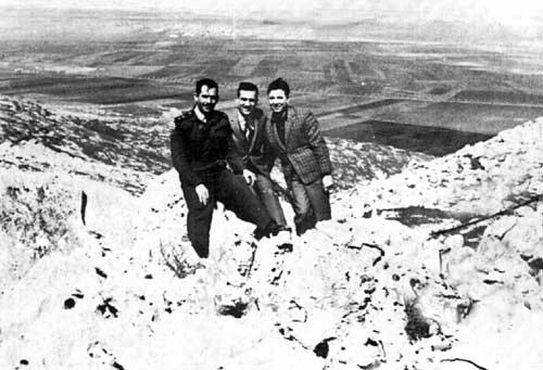 Eli Cohen (al centro) con due amici dell'esercito siriano sull'altopiano del Golan, al confine con Israele.