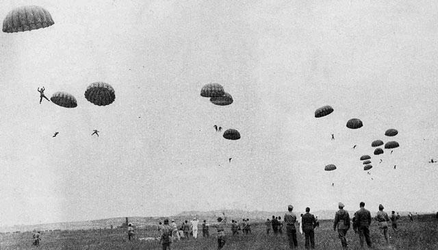 Paracadutisti dell'Aeronautica Militare Repubblicana (R.S.I.) durante un'esercitazione a Venegono Superiore (VA) nel 1943.