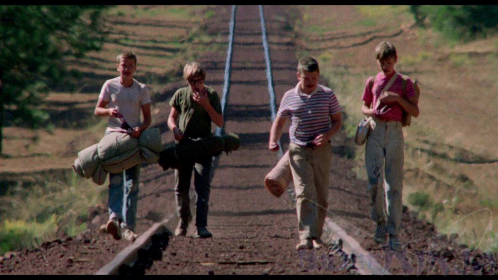 ragazzini camminano lungo la ferrovia