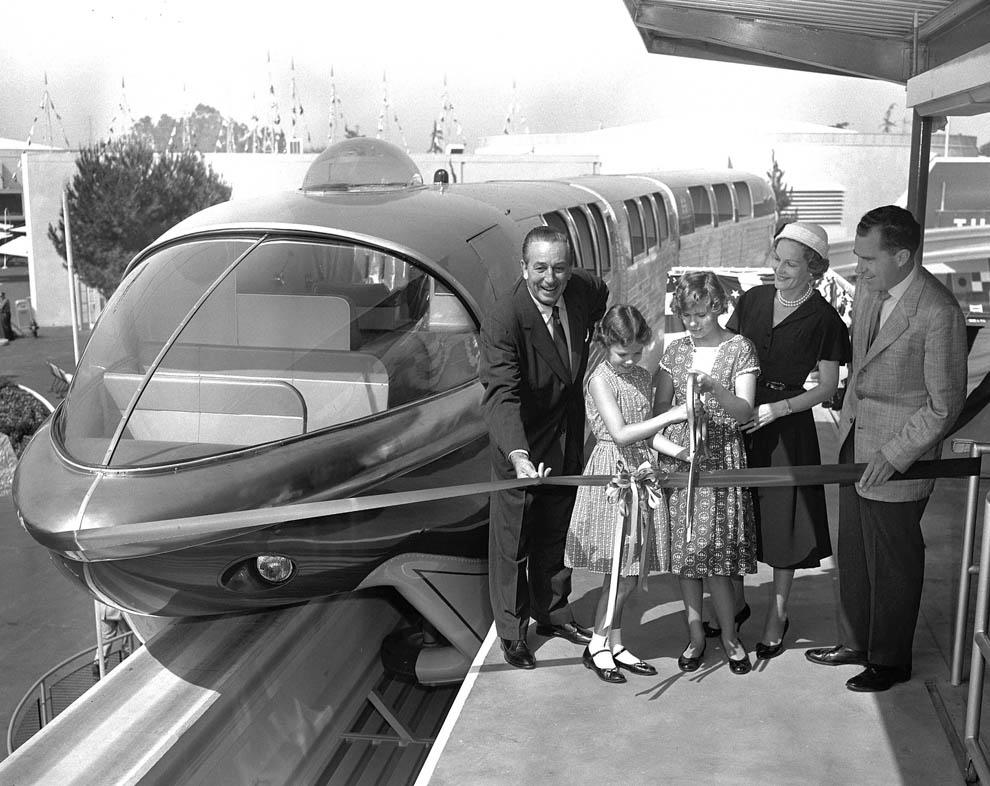 Famiglia Nixon e Walt Disney tagliano il nastro inaugurale alla stazione di Tomorrowland.