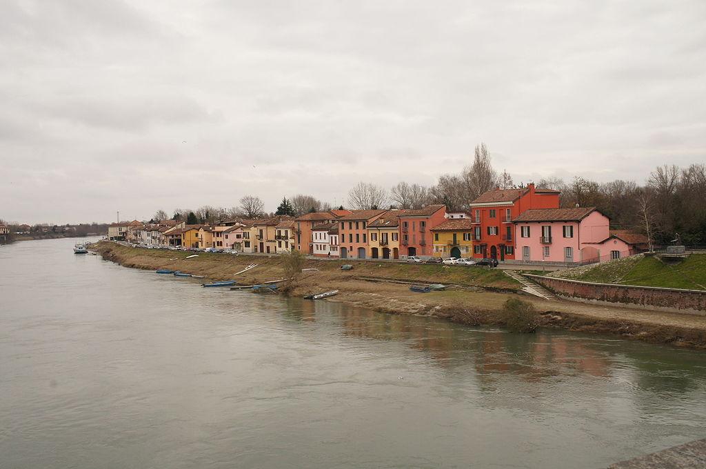 Pavia, Borgo Basso - case in riva al Ticino