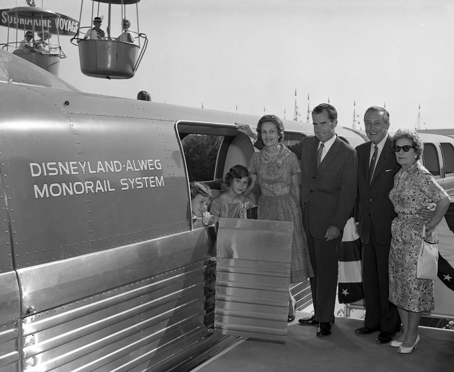 La famiglia Nixon, Walt e Lilian Disney all'inaugurazione della monorataia Disneyland-Alweg