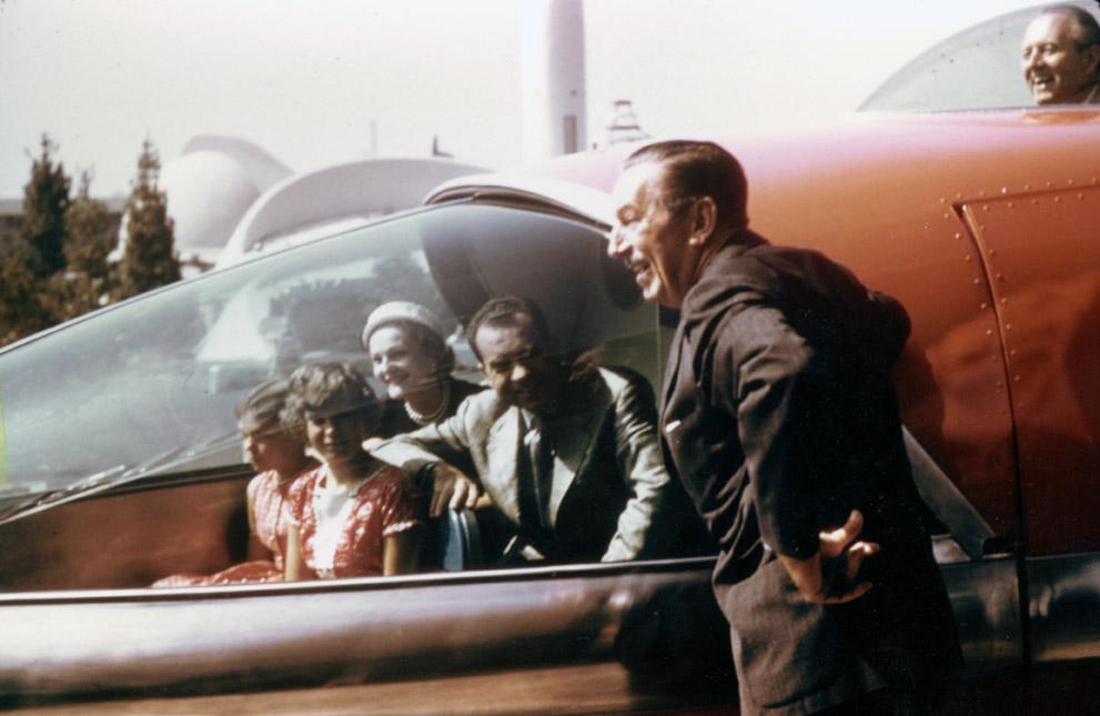 Walt Disney con la famiglia Nixon all'inaugurazione della monorotaia Alweg-Disneyland.